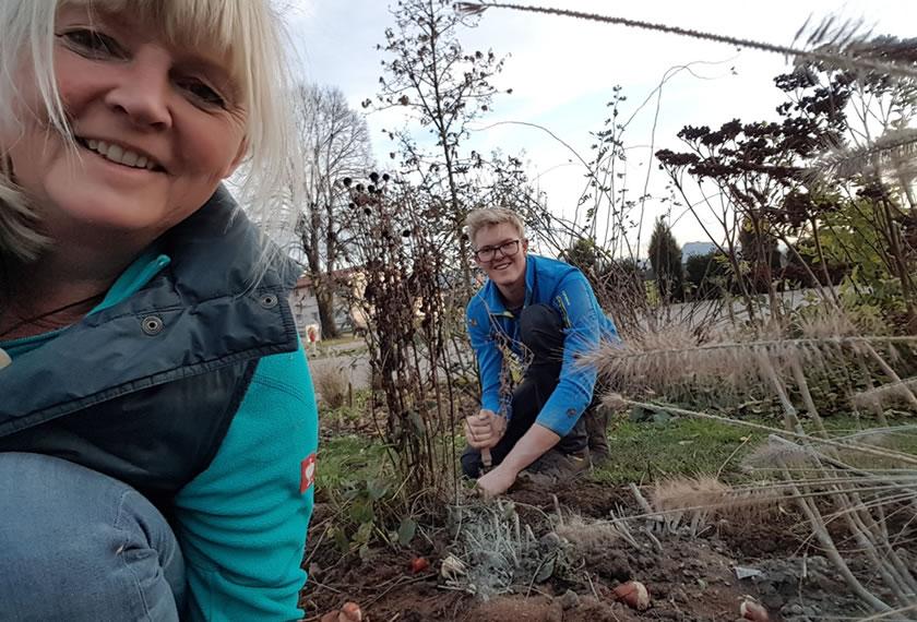 Annerose und Vincenz Fischer pflanzen die Zwiebeln