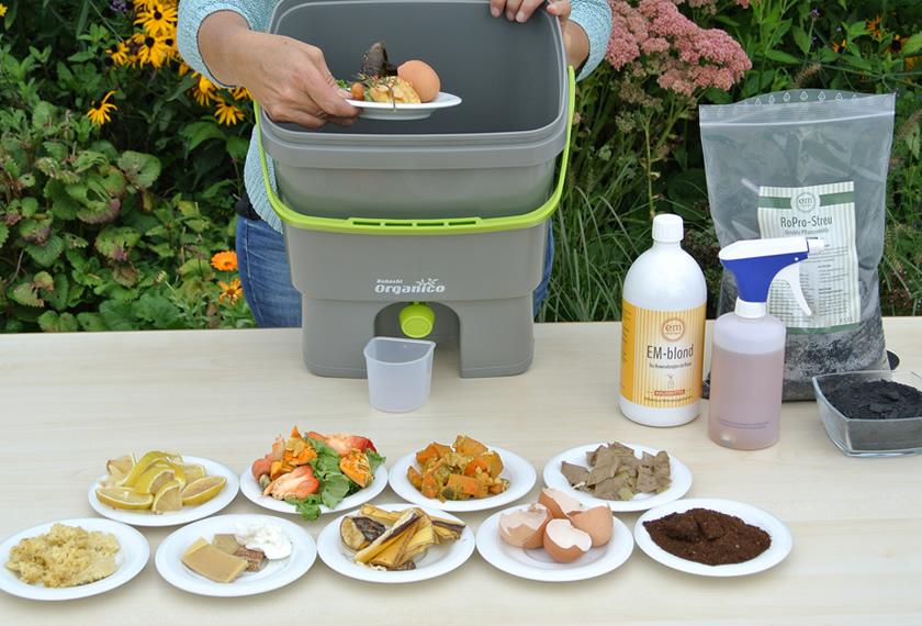 Bokashi-Herstellung-Küchenabfälle-in-Organiko-Eimer-füllen-EM-Chiemgau