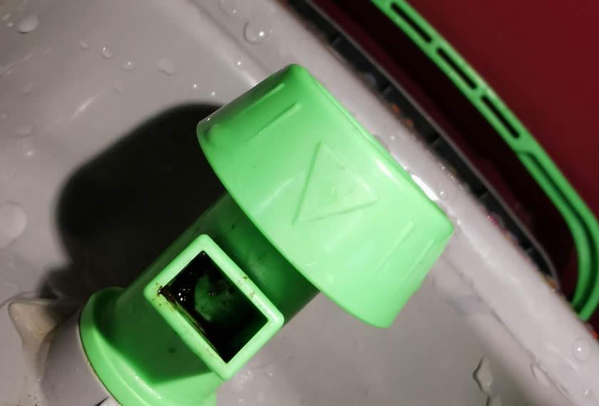 Verschmutzter-Auslaufhahn-Organiko-Eimer-Reinigung-mit-Sauerstoffbleiche-sauber-EM-Chiemgau