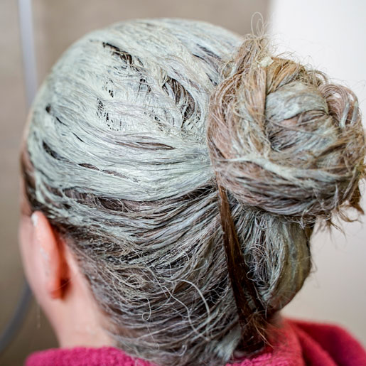 Haarmaske mit Grüner Mineralerde in Haare eingearbeitet
